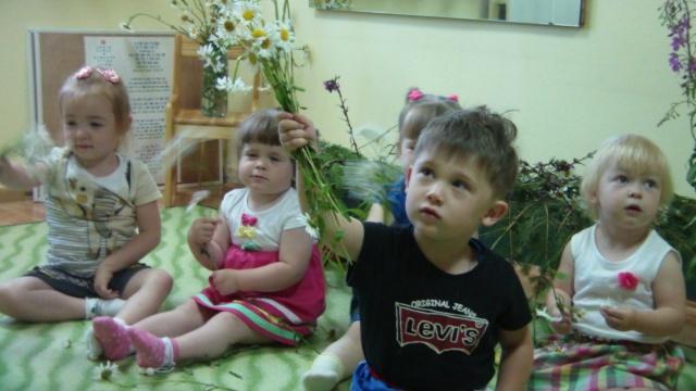"""""""Ромашковые"""" букеты для любимых мамочек от малышей детского сада """"Карусель"""""""